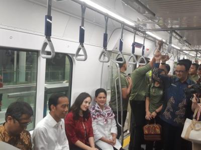 Bahagianya Chelsea Islan Jajal MRT Jakarta Bareng Jokowi