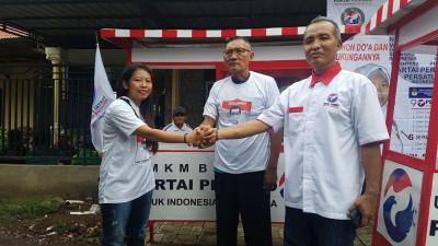 Kolaborasi Caleg Perindo Serahkan 3 Gerobak ke PKL di Pasuruan