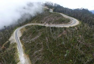Medan Berat, Jalan Trans Papua Baru Bisa Tersambung 2020