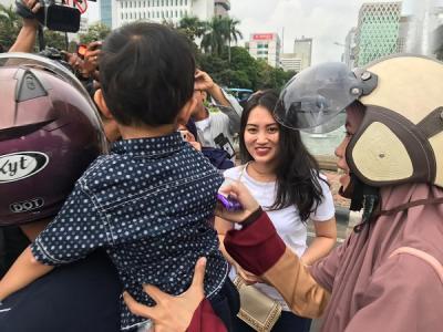 Ajak Baikan, Relawan Kita Satu Bagi-Bagi Cokelat ke Masyarakat