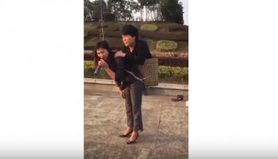 Istri Gendong Suami yang Cacat dan Anak yang Masih Bayi, Dengar Suaranya yang Merdu!
