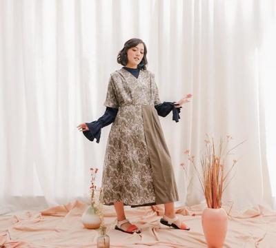 Kombinasi Batik Modern, Inspirasi Baju Lebaran ala Ify Alyssa