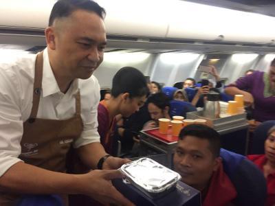 Mengejutkan, Petinggi Sriwijaya Air Sajikan dan Bersihkan Sisa Makanan di Pesawat
