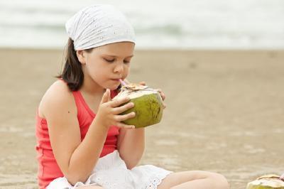 Hati-Hati, Kebanyakan Minum Air Kelapa Bisa Bikin Kanker Perut Loh!