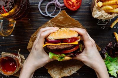 Viral Burger Berlapis Emas, Seperti Apa Rasanya?
