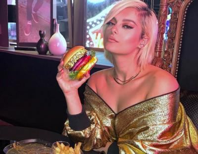Seksinya Bebe Rexha Makan Burger Emas, Menu Terbaru Hard Rock Cafe