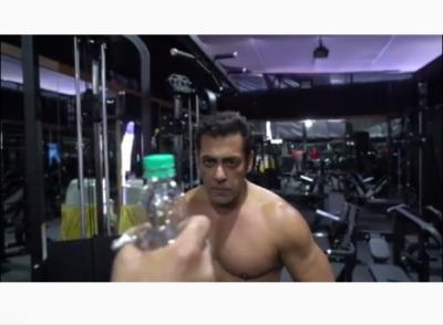 Melalui Bottle Cap Challenge, Ada Pesan Khusus dari Salman Khan di Akhir Video