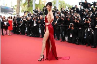 Momen Celana Dalam Bella Hadid Mengintip di Red Carpet
