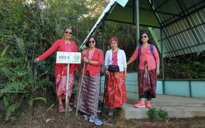 Peringati Kemerdekaan RI, Rahmi Hidayati Naik ke Puncak Tugu Pakai Kebaya Merah