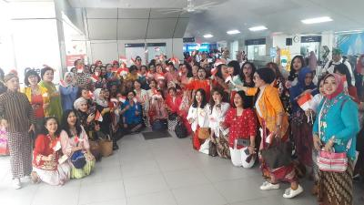 Ketika Ratusan Perempuan Berkebaya Penuhi Stasiun MRT