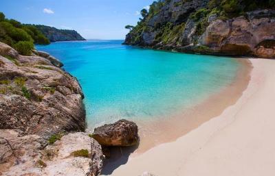 Pulau Menorca, Surga Tersembunyi di Spanyol yang Miliki Pantai Sejernih Kristal