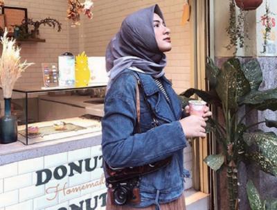 4 Inspirasi Gaya Hijab Traveling ala Bella Attamimi yang Bikin Selfie Kamu Makin Trendi