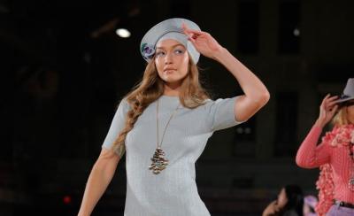 Hak Sepatu Patah, Gigi Hadid Nyeker di New York Fashion Week