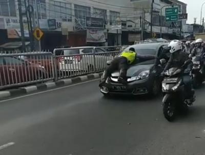 Viral Aksi Polisi Nemplok di Kap Mobil yang Melaju di Pasar Minggu