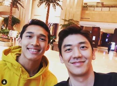Selfie Bareng, Jonatan dan Lee Yong Dae Bikin Netizen Kelepek-Kelepek
