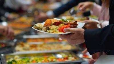 Viral Emak-Emak Rebutan Rendang, Ini 4 Etiket Ambil Makanan di Prasmanan