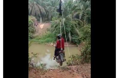 Viral di Medsos Penyeberangan Sungai Paling Kreatif, Cuma Ada di Indonesia!