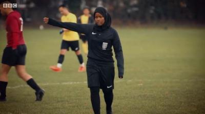 Inspirasi Islam! Kisah Wasit Perempuan Berhijab Pertama di Sepakbola Inggris