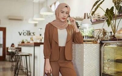 5 Inspirasi Hijab dengan Blazer ala Selebgram yang Bisa Kamu Coba