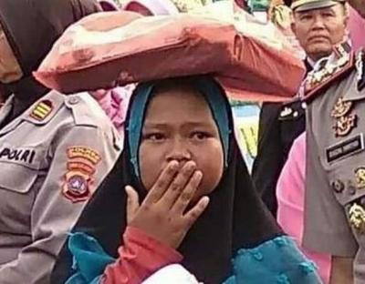 Viral Gadis Kecil Penjual Onde-Onde Terobos Upacara Pisah Sambut Kapolres