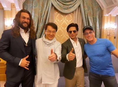 Shah Rukh Khan Selfie Bareng Jackie Chan dan Van Damme, Netizen: Legendaris