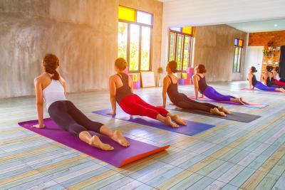 Cegah Osteoporosis Sejak Dini dengan Rutin Olahraga Yoga