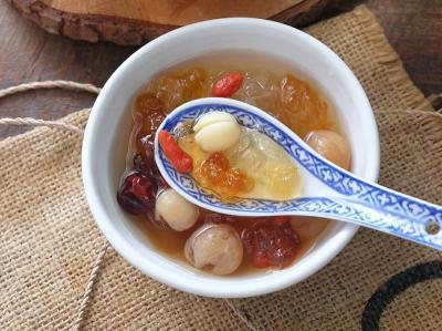 Hidangan Segar Es Buah Menteng dan Peach Gum Dessert, Ini Resepnya