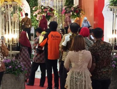 Viral Pertugas Pos Antar Barang hingga ke Resepsi Pernikahan