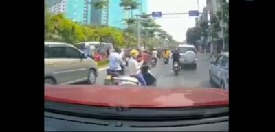 Tragedi Kalahnya Kekuatan Emak-Emak saat Main Handphone di Atas Motor