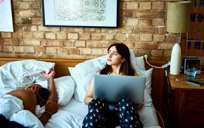 Pasangan Kamu Tipe Makhluk Malam, Apa yang Harus Dilakukan?