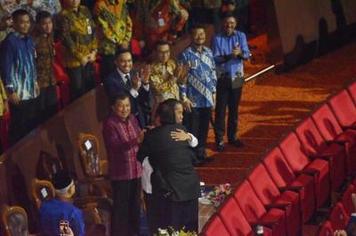 Arti Pelukan Hangat Surya Paloh dengan Jokowi di Kongres Nasdem