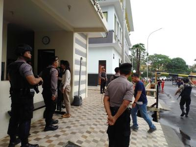 Imbas Bom Medan, Polisi Bersenjata Jaga Ketat Pintu Masuk Mapolres Tangsel