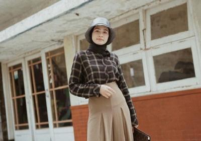 4 Inspirasi Outfit Motif Kotak-Kotak untuk Hijabers, Bikin Gaya Makin Beda