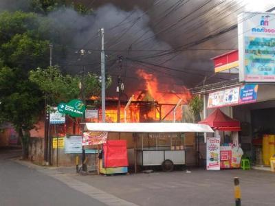 Bengkel di Jagakarsa Jaksel Terbakar, 5 Mobil Damkar Diterjunkan