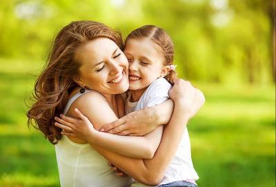 Hari Anak Sedunia, Ini Manfaat Orangtua Sering Memeluk si Kecil