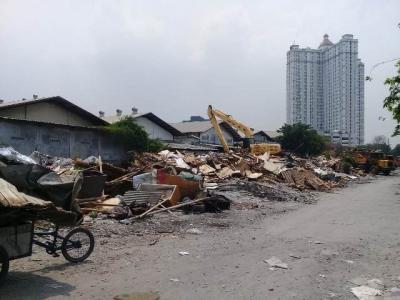 Petugas Masih Bersihkan Lokasi Penggusuran di Sunter Jaya