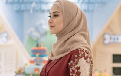 Empat Gaya Hijab Cantik ala Nina Zatulini yang Bisa Kamu Tiru