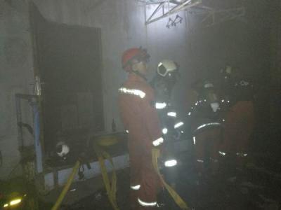 Sudah 10 Jam Api Belum Padam, Petugas Jebol Tembok Mal Lokasari