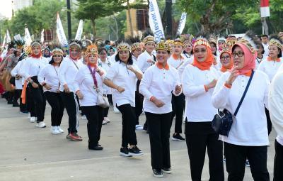 Peringati Hari Ibu, Iriana Joko Widodo Ikut Jalan Sehat Keluarga