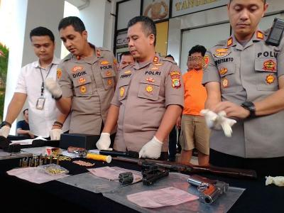 Selain Edarkan Narkoba, Driver Taksi Online Ini Juga Simpan Senpi hingga Pen Gun