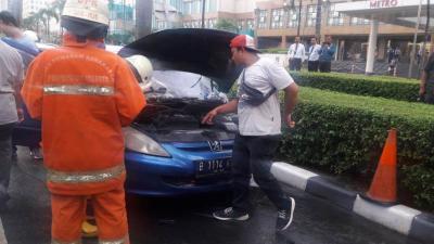 Sebuah Mobil Terbakar di Depan Plaza Senayan