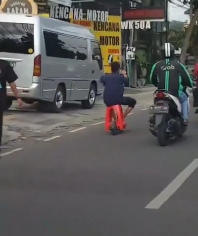 Pria Ini Nekat Meluncur dengan Otoped Bangku Plastik di Jalan Raya