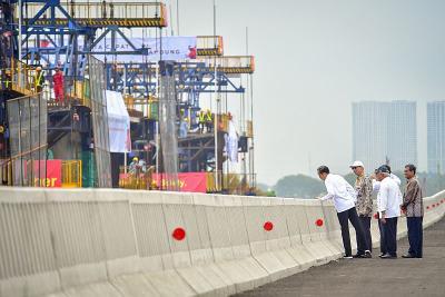 Presiden Jokowi Pede Kereta Cepat Jakarta-Bandung dan LRT Selesai Akhir 2021