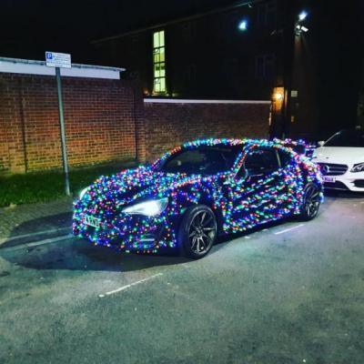 Modifikasi Mobil Natal Menggunakan 3.000 Lampu Blink-Blink