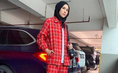 Musim Hujan, Coba 4 Gaya Hijab Kotak-Kotak ala Rani Hatta Yuk