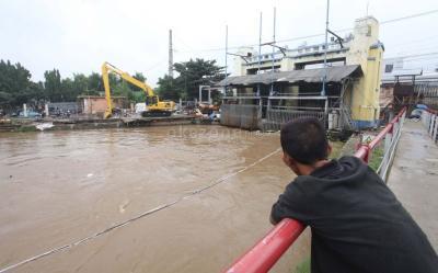 Pintu Air Manggarai Siaga 3, Warga di Bantaran Sungai Diimbau Mengungsi