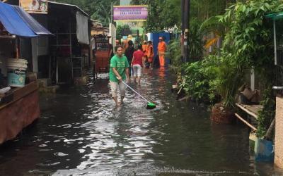Trauma Banjir, Warga Kebayoran Berbondong-bondong Pindahkan Barang Berharga ke Tempat Aman