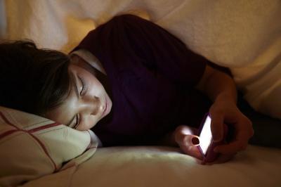 Terbiasa Main Smartphone Sebelum Tidur Malam, 3 Dampak Ini Bisa Mengintai