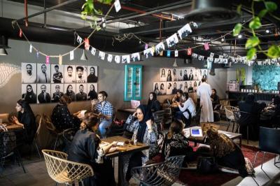 Pria-Wanita Kini Boleh Kongkow dalam Satu Kedai Kopi di Saudi