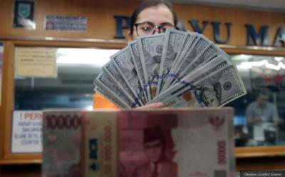 Mengekor IHSG, Rupiah Dibuka Melemah di Rp13.612 USD